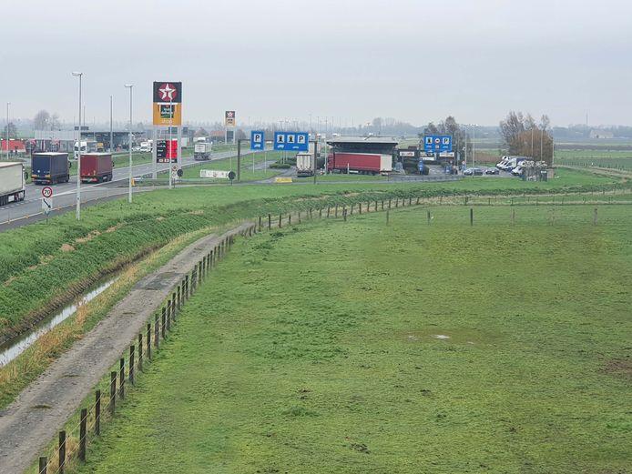 De snelwegparking van Mannekensvere krijgt extra beveiliging.