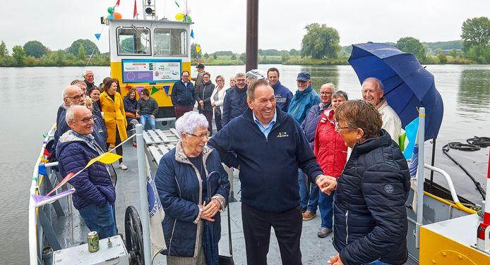 Familie, vrienden en collega's zwaaien de 84-jarige pontbaas Gerard van Haperen uit op zijn laatste werkdag.