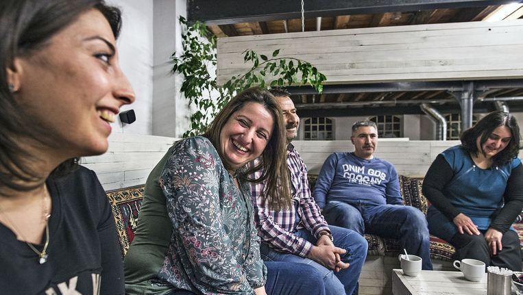 Turkse families bespreken de eetgewoontes die leiden tot relatief veel gewichtsproblemen in de Turkse cultuur. Beeld Guus Dubbelman / de Volkskrant