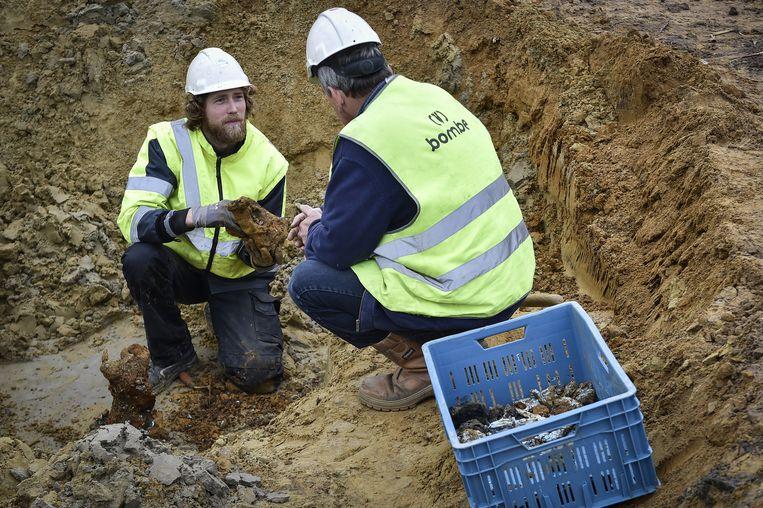 Vrijwilligers bekijken enkele stukken die tijdens de zoektocht werden opgegraven.