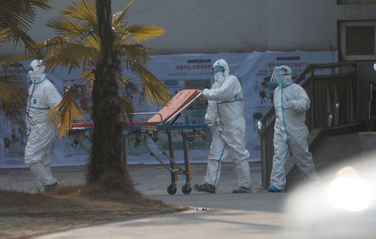 Medisch personeel staat klaar om besmette patiënten op te vangen.  Beeld EPA