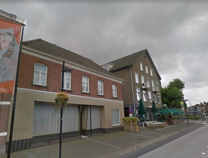 Het vroegere winkeltje van Riet Franken op Markt 28 in Zundert met hotel De Roskam ernaast