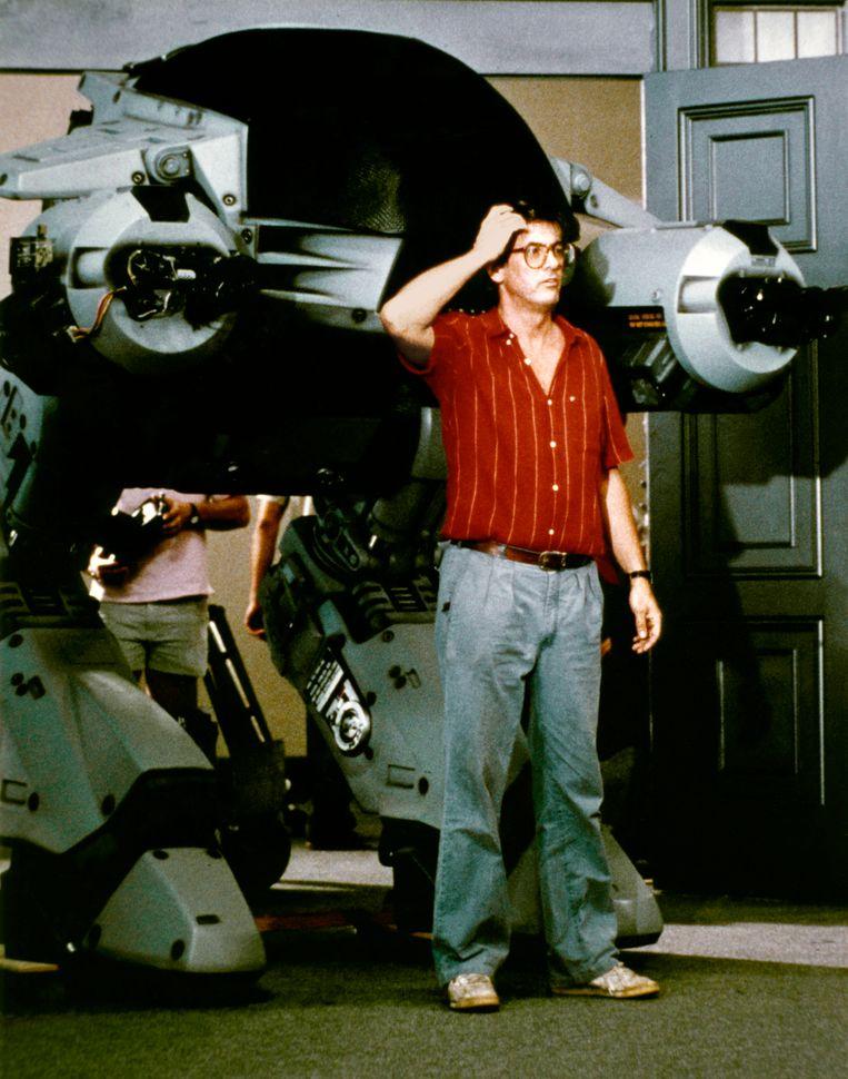 Regisseur Paul Verhoeven op de set van RoboCop.  Beeld Corbis via Getty Images