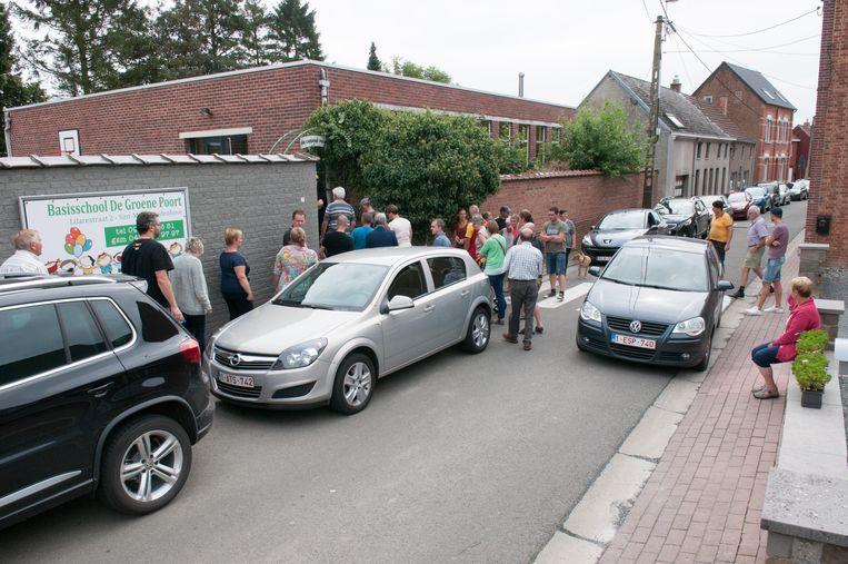 In de smalle Lilarestraat staan de auto's na schooltijd rijendik. De meeste kinderen worden met de wagen gebracht omwille van de verkeersonveiligheid in de schoolomgeving.
