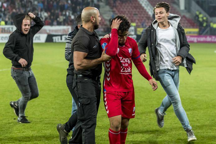 Ayoub verlaat het veld na de thuisnederlaag tegen Vitesse.