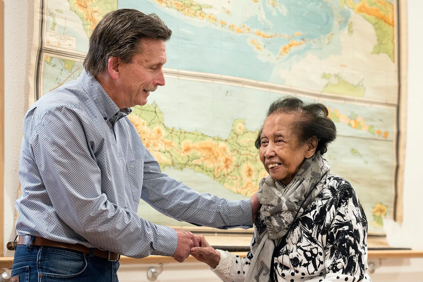 Directeur-bestuurder Gert van der Pluijm legt na 21 jaar zijn functie neer bij Huize Raffy. Rechts de 88-jarige bewoonster, mevrouw Wisse.