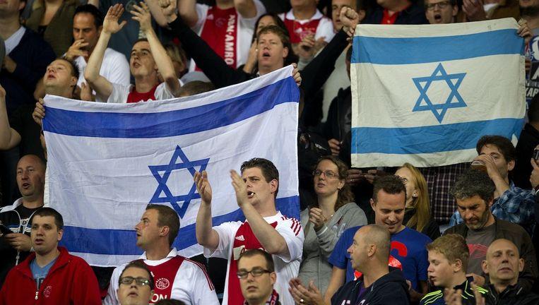 Ajacieden met Israëlische vlaggen. Beeld anp