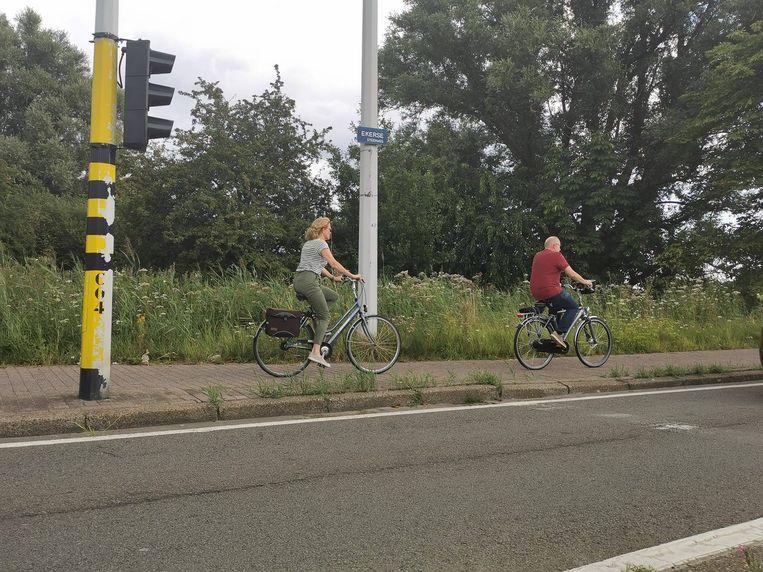 De plaats van het ongeval van dinsdagnacht met de hoge borduur aan het fietspad.