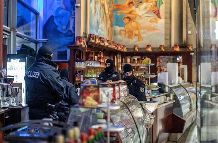 De Duitse politie valt een ijssalon in Duisburg binnen bij de internationale politieactie tegen de 'Ndrangheta. Beeld AFP