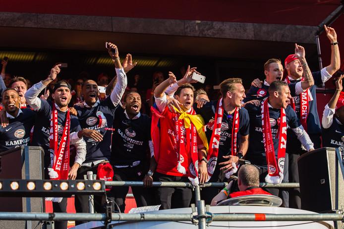 In de tweede jaargang van de Colombiaan (2014-2015) was PSV beduidend succesvoller. De ploeg plaatste zich voor het hoofdtoernooi van de Europa League en slaagde er ook in Europees te overwinteren. In de knock-outfase bleek Zenit een maatje te groot.  In de competitie stond er geen maat op PSV. Al in de 31ste speelronde pakte de ploeg de titel, om uiteindelijk met 17 punten voorsprong op Ajax te eindigen. Op 19 april werd PSV gehuldigd. Het was de 22ste landstitel, de eerste in zeven jaar. Begin 2015 werd het contract van Arias opengebroken en verlengd tot de zomer van 2019.