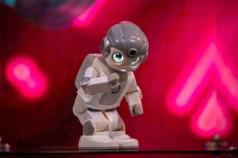 Een kunstmatig intelligente minirobot danst bij de CES-conferentie in januari 2019. Beeld AFP