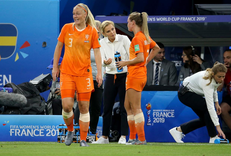 Sarina Wiegman coacht Desiree van Lunteren.  Beeld Getty Images