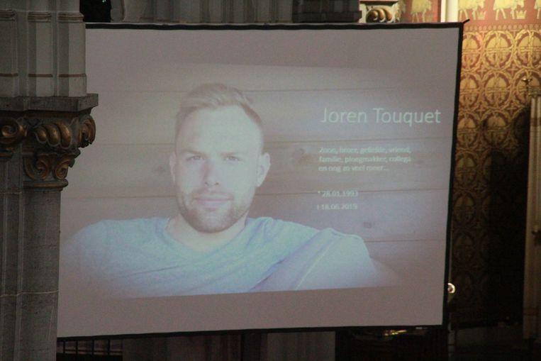 Een bomvolle kerk neemt afscheid van Joren Touquet (26).