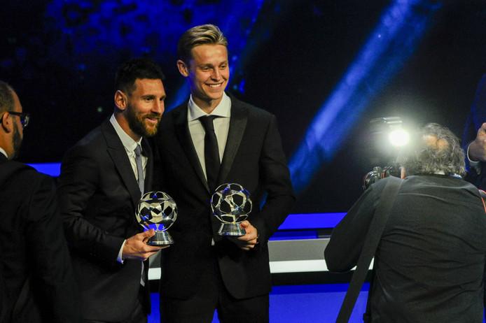 Messi en De Jong op het Champions League-gala in Monaco met de trofeeën voor beste aanvaller en middenvelder van het afgelopen seizoen.