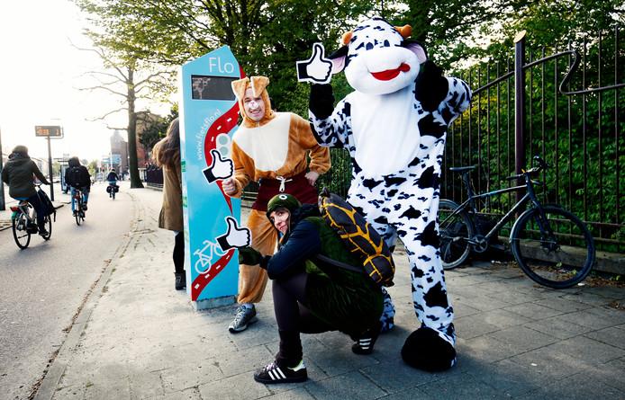 De haas, schildpad en koe geven op de zuil de aanbevolen snelheid aan voor fietsers.