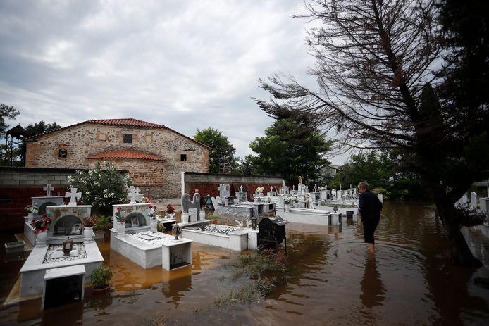 Een vrouw op het overstroomde kerkhof van het dorp Kavalari, bij Thessaloniki, dat vrijdag al zwaar werd getroffen door storm Thalia.