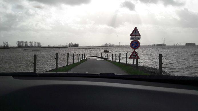De weg staat onder water.