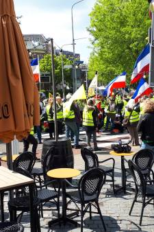 Gele hesjes in Nijmegen: demonstranten plakken sticker met middelvinger op uniform agent