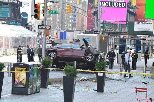 De dronken bestuurder die gisteren met zijn auto op voetgangers inreed, werd na zijn rit direct opgepakt door omstanders.