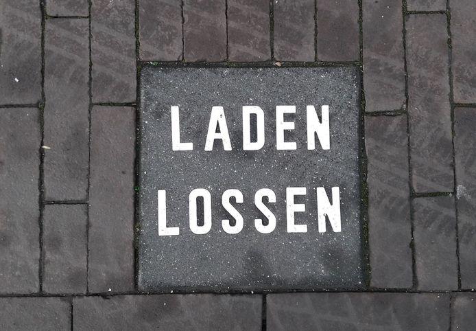 De verplichte laad- en losplekken in het centrum van Nijverdal verdwijnen.