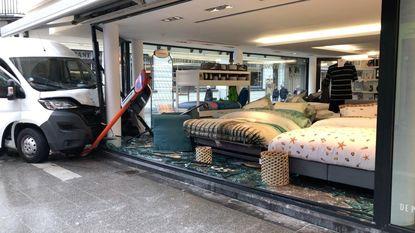 Bestelwagen ramt vitrine beddenwinkel