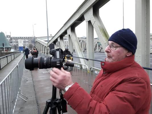 Fotograaf Frans Snelders (70) laat z'n camera overuren draaien.