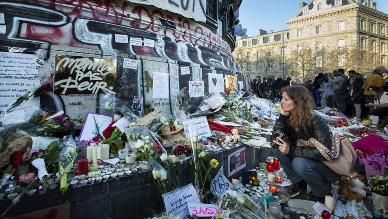 Mensen verzamelen zich in grote getalen op Place de la Republique, daags na de bloedige aanslagen in Parijs. Beeld ANP
