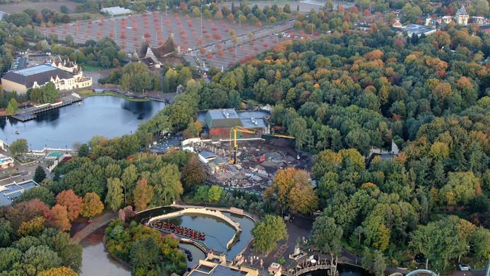 Vanuit de lucht zijn de werkzaamheden aan achtbaan Max & Moritz in de Efteling goed te zien.