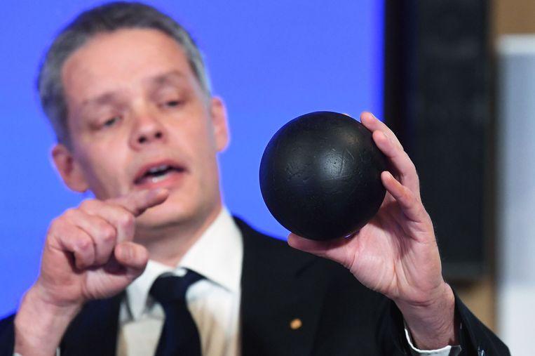 Ulf Danielsson, lid van de Koninklijke Zweedse Academie der Wetenschappen, legt uit waar de wetenschappers precies de Nobelprijs voor hebben gekregen. Beeld AFP