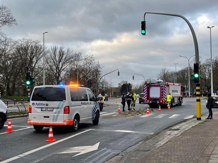 Een vrachtwagen verloor een deel van zijn lading ter hoogte van de verkeerslichten.