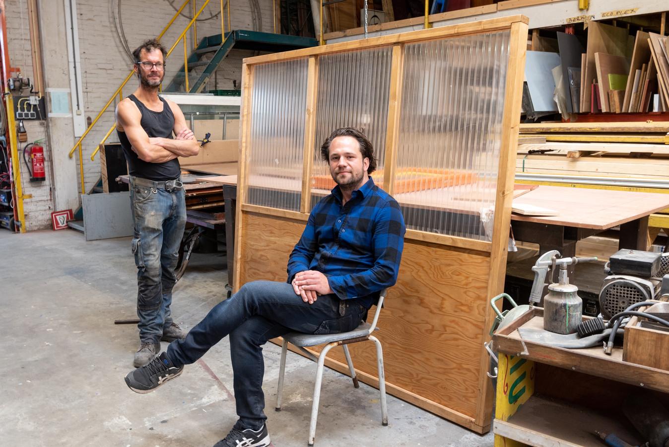 Pieter Wantenaar (links) en Lucas Steenhuis bij de zelfontworpen terrasscherm voor de horeca.