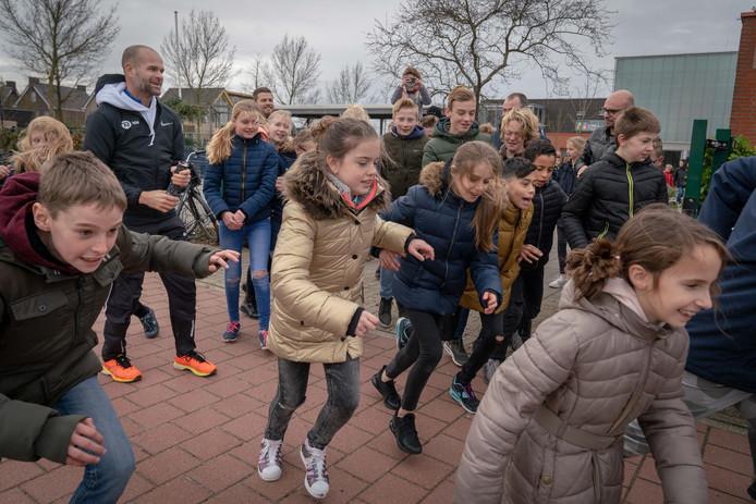 Voormalig topschaatser Erben Wennemars loopt hard met basisschoolkinderen.
