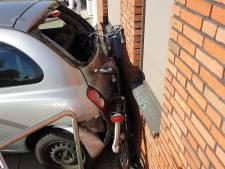 Schoolklas getuige van ongeval waarbij vrouw met auto tegen een pand beland