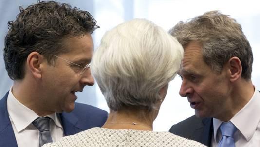 Eurogroepvoorzitter Jeroen Dijsselbloem (links), IMF-topvrouw Christine Lagarde (midden) en IMF-directeur Poul M. Thomsen spreken elkaar in Brussel.