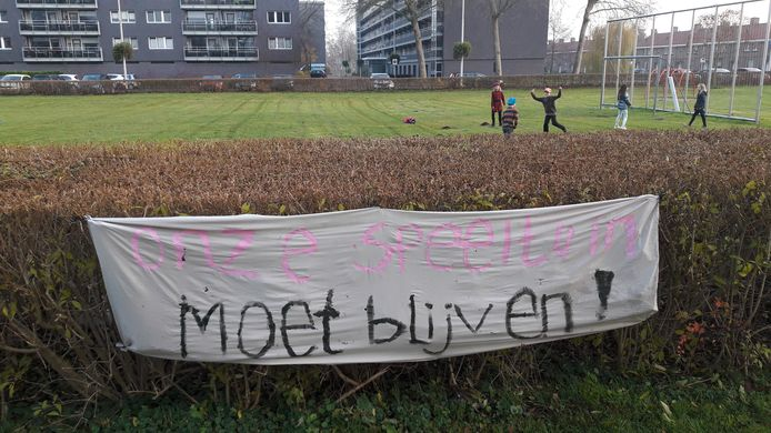 Spandoek tegen de nieuwbouw in Malburgen.