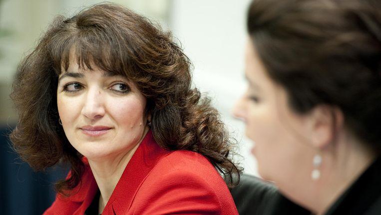 Voormalig COA-bestuurder Nurten Albayrak (L) samen met raadsvrouw Anita Verbeek tijdens een persconferentie in perscentrum Nieuwspoort in 2012. Beeld anp