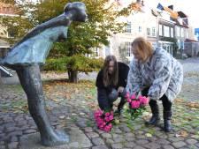Bloemen voor 'het kussende meisje' vragen aandacht voor kindermishandeling