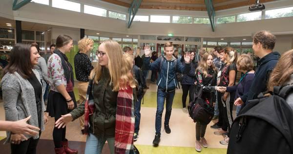 Scholieren Helicon geven high five aan de leraren, tegen het pesten