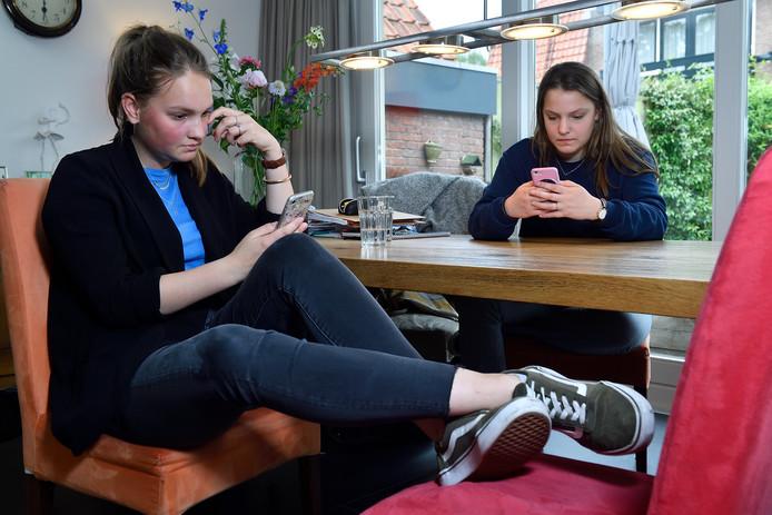 Na alle inspanningen zitten de examens erop en hebben de zussen Annick en Emilie tijd voor ontspanning.