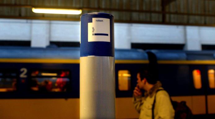 De vierhonderd treinstations in Nederland worden dit jaar geheel rookvrij.