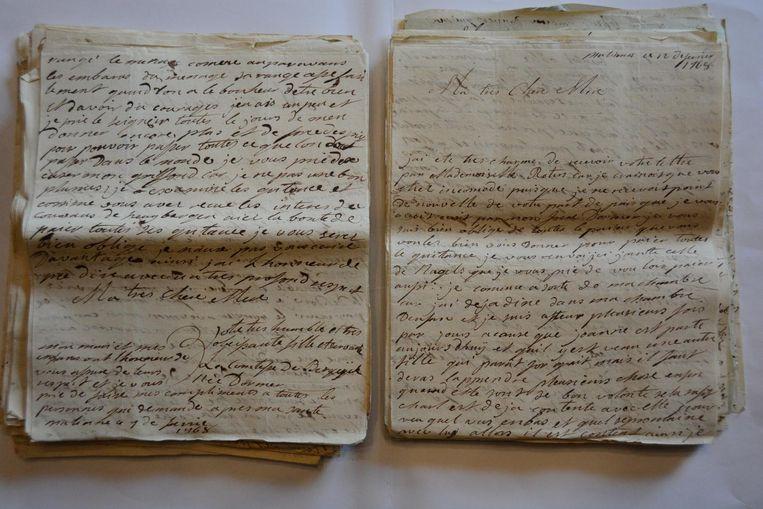 """""""Ik moet niet kijken naar de naam op de brief want ik herken het handschrift meteen"""", zegt Carine."""