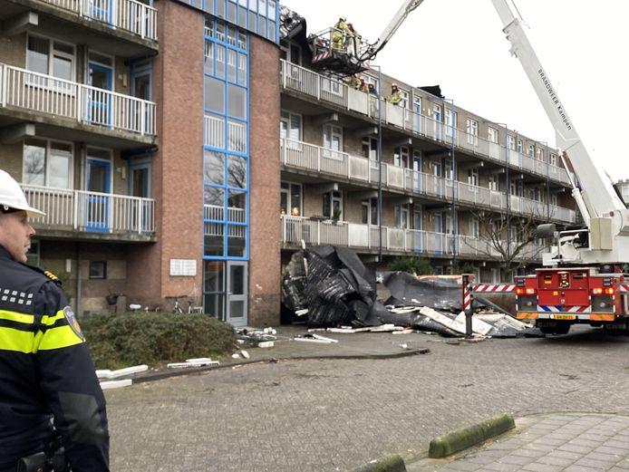 Rond 15.30 uur is een deel van het dak van een flatgebouw aan de Staalstraat in Emmeloord gewaaid.
