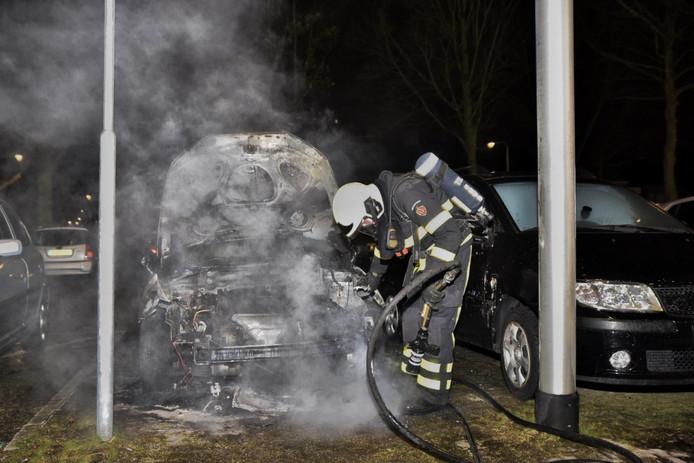 De auto brandde volledig uit op een parkeerterrein in Tilburg.