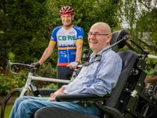 Ron Gravendeel uit Olst fietst 2300 kilometer voor broer met spierziekte ALS. 'Verschrikkelijk om je broertje zo te zien'