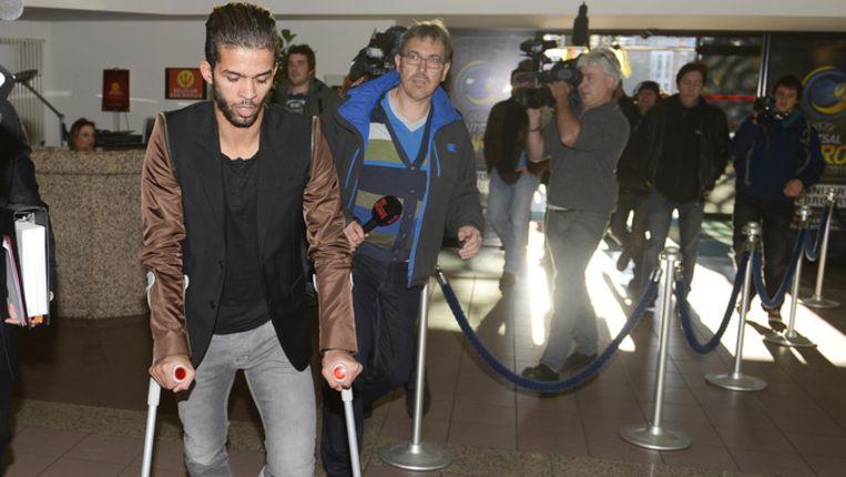 Mehdi Carcela verscheen op krukken voor het bondsparket.
