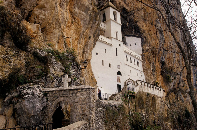 Het bijzonder gelegen Ostrogklooster van de Servisch-orthodoxe kerk in Montenegro is voor orthodoxe christenen een pelgrimsoord.