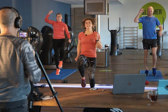 Martijn van der Pijl van de Veldhovense sportschool Slim Bezig! maakte samen met Stella en Simone fitness-filmpjes om thuis te oefenen. Lokale omroep Veldhoven gaat ze uitzenden.