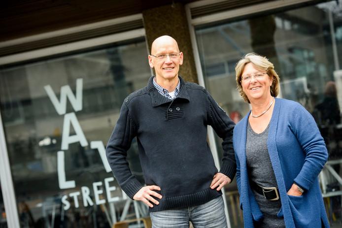 Marjan Hesling en Rob Haarhuis bij Wall Street aan het Stadhuisplein in Eindhoven, waar ze maandelijks een Netwerkcafé houden.