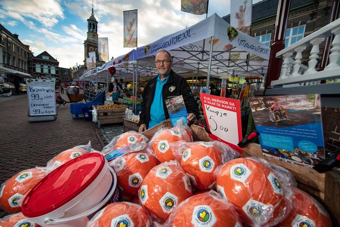 Willem Westerink verkoopt op de maandagmarkt op de Nieuwe Markt ballen voor Sven Boer uit IJsselmuiden.