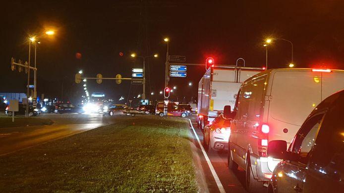 Op het kruispunt bij Hengelo-Zuid is het een chaos.